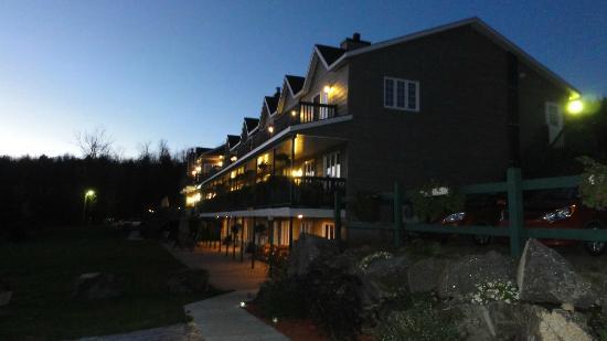 Pourvoirie Du Lac Blanc: Bâtiment principal de nuit