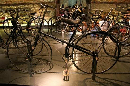 Musee d'Art et d'Industrie : 1886 Gauthier cross-frame safety. The bike that introduced St. Etienne to bike manufacturing.
