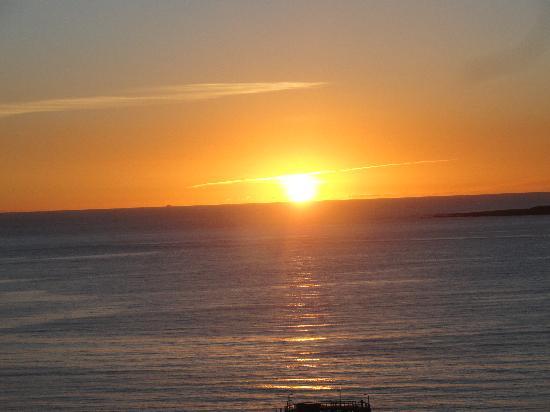 Conrad Punta del Este Resort & Casino: Verdade seja dita: por do sol sensacional visto da varanda do quarto.