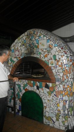 Trattoria da Raffaele: Brick oven made of local pottery tiles
