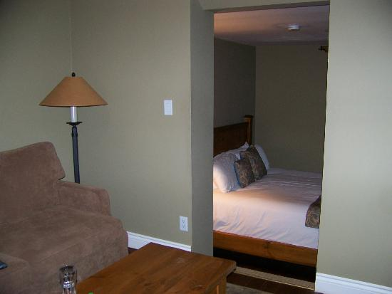 Bayside Inn : Upper TV area and lower bedroom