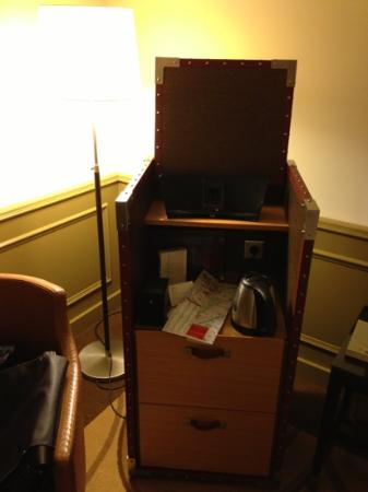 Paris Marriott Champs Elysees Hotel: mini bar in a sort of Louis Vuitton case