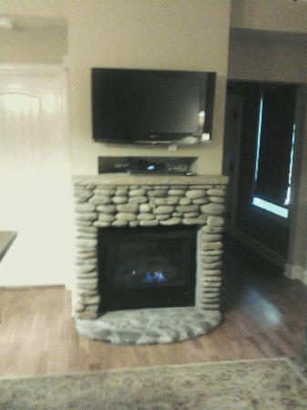 RiverStone Resort & Spa: Fireplace in living room beside entry hall. So beautiful and great channels !