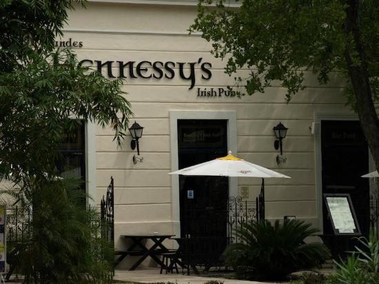 Hennessy's Irish Pub: Outdoor seatine, to entrance