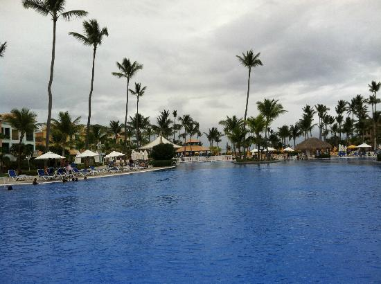 Ocean Blue & Sand: The pool is awesome - with swim up bars