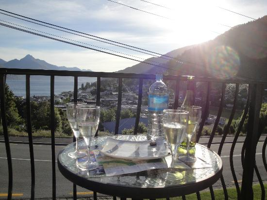 Queenstown House Boutique Bed & Breakfast & Apartments: Happy hour on the front balcony