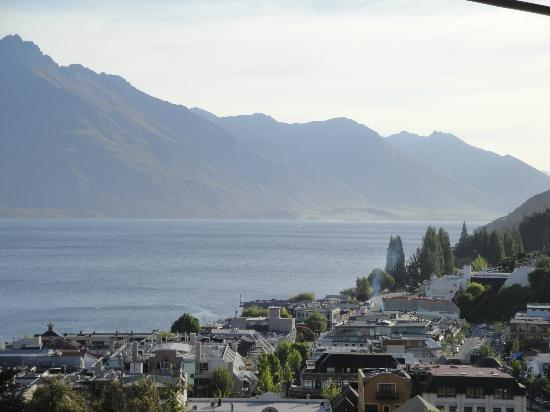 ‪كوينزتاون هاوس بوتيك بد آند بريكفاست آند أبارتمنتس: View of Queenstown and the lake from the front porch