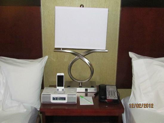 SpringHill Suites by Marriott Pigeon Forge: iPod/iPhone charger in alarm clock/radio at bedside