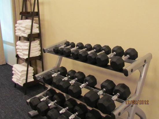 SpringHill Suites by Marriott Pigeon Forge : Weights & towels are plenty in the small exercise area.