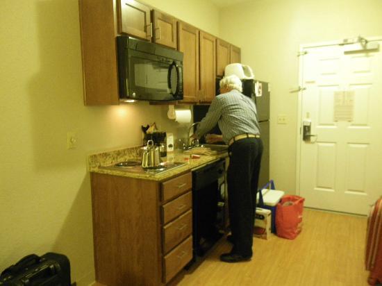 Candlewood Suites Turlock: functional kitchen