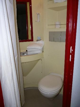Hotel balladins Blois Nord: Minuscule douche + WC