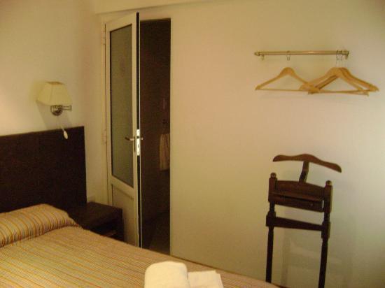 Igueldo Hotel Boutique: Perchero y puerta baño