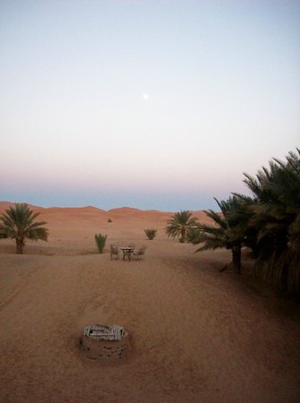 Hotel Ksar Merzouga:                   Table in the dunes