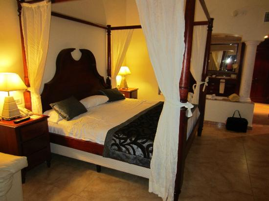 Hotel Majestic Colonial Punta Cana: all new linens and some new furnishings in the club rooms