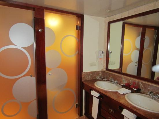Hotel Majestic Colonial Punta Cana: vanity area with door to walk in shower and door to toilet