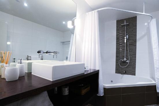 The Sails Nelson: 1 Bedroom Trafalgar Apartment Bathroom spa