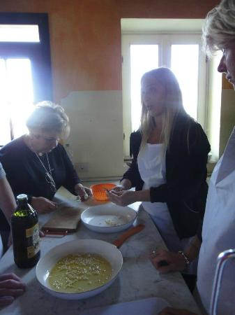 Il Vicario: Katia and her mamma cooking