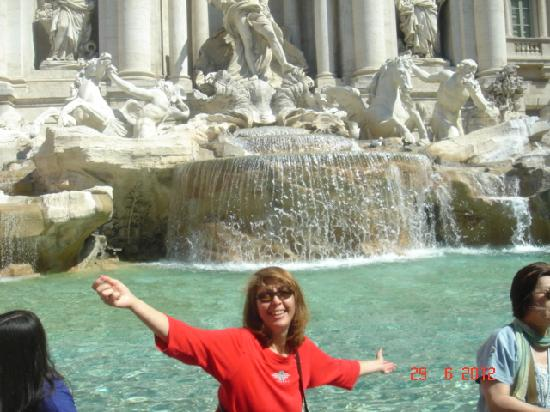 Rome Tour Guide Tours : Tossing a coin in the Trevi Fountain