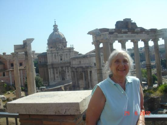 Rome Tour Guide Tours : The Roman Forum is a magnificent monument of antiquity