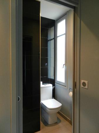 Hotel Arc de Triomphe Etoile: Hotel room - washroom
