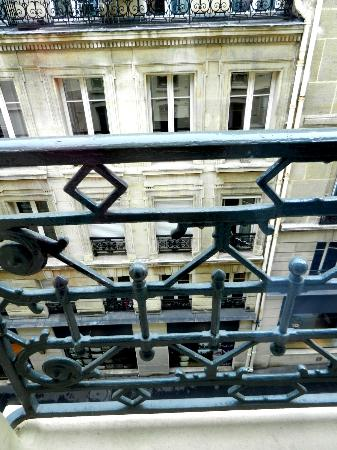 Hotel Arc de Triomphe Etoile : View from our hotel room