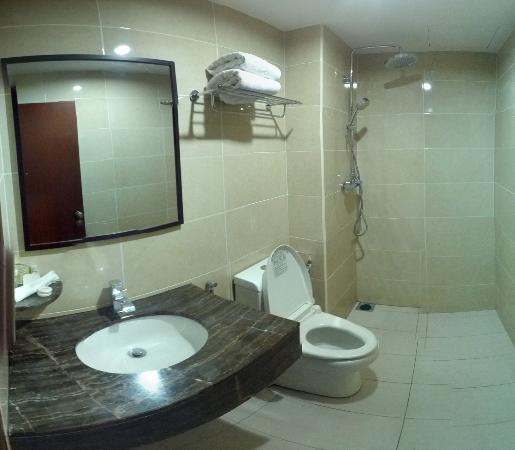 Hallmark View Hotel: bathroom