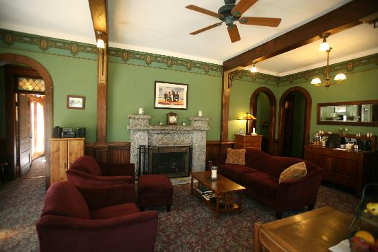 The Kirk House Bed & Breakfast: Parlor
