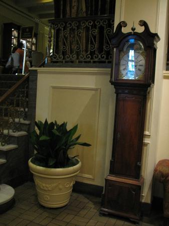 Mayflower Park: Old clock that was in the lobby