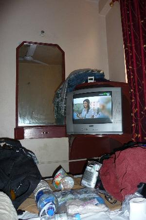 Hotel Payal: Small room but fully equipped. The junk is mine though.