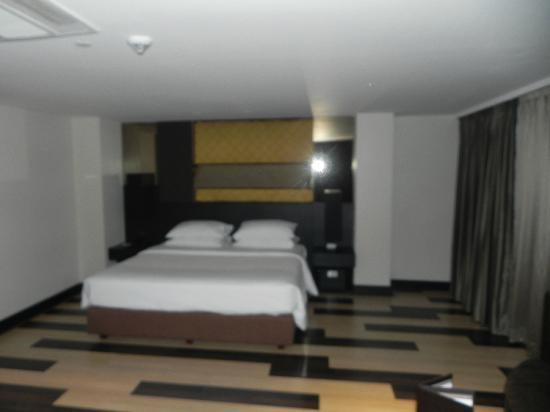 Golden Tulip Mandison Suites: comfy bed