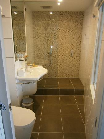 Grand Chancellor Melbourne: Bathroom with rain shower