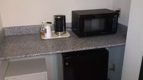 Comfort Inn Birch Run: microwave/fridge area
