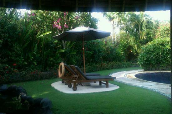 เดอะวิลล่าส์ บาหลี โฮเต็ล แอนด์ สปา: sun beds by the pool