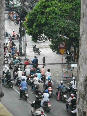 Thien Thao Hotel Ho Chi Minh City: 窓側の部屋からみた朝のバイクラッシュ風景 