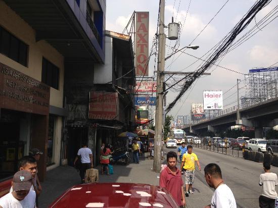 Gran Prix Hotel Quezon City: Straße direkt vor dem Hotel