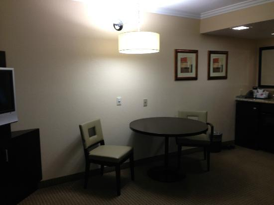 Radisson Suites Hotel Anaheim - Buena Park: Part of livingroom area