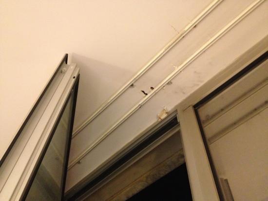 Tryp Barcelona Aeropuerto Hotel: damaged ceiling