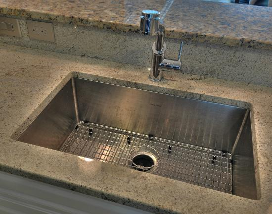 Mar Vista Grande: Au courant kitchen sink