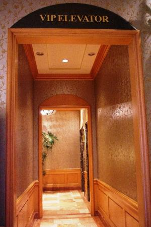 Jeju Sun Hotel & Casino: スイートにはこの特別エレベーターで☆