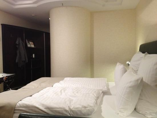 Steigenberger Airport Hotel: nice room, comfy bed