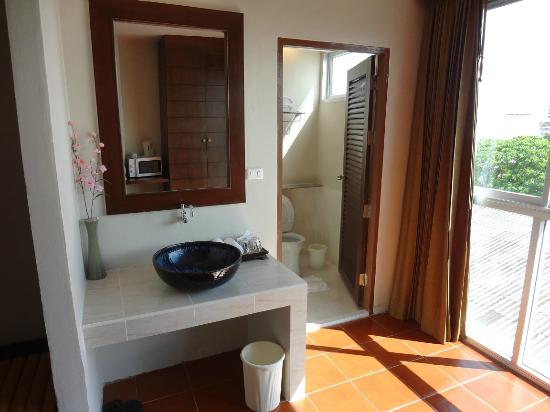 Sino House Phuket Hotel and Apartment: bathroom