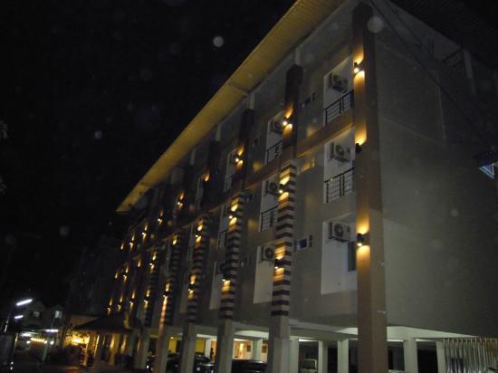 Muanmanee Boutique Hotel: Abendliche Außenansicht des Hotels