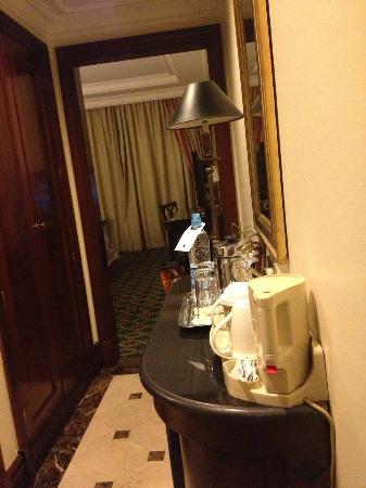 فندق جيه دبليو ماريوت: Room entrance 