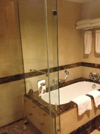 JW Marriott Hotel Cairo: Bathroom
