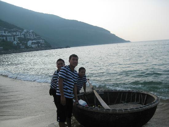 InterContinental Danang Sun Peninsula Resort : Basket boat fishing
