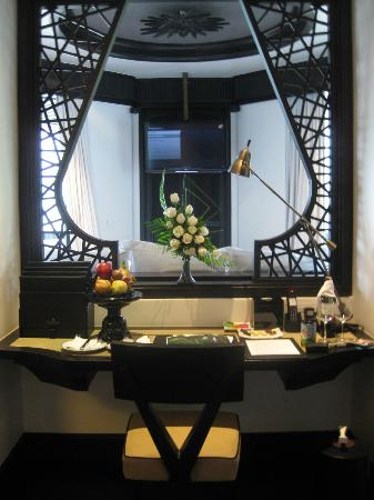 InterContinental Danang Sun Peninsula Resort: Working desk