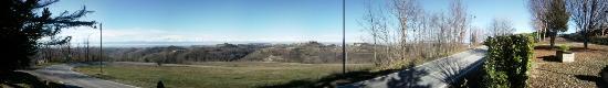 Cissone, Italy: Lo splendido panorama sulle Langhe dallo spiazzo antistante