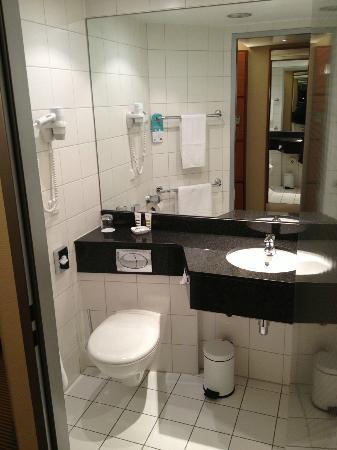 Mercure Hotel Mannheim am Rathaus : Nice bathroom with granite