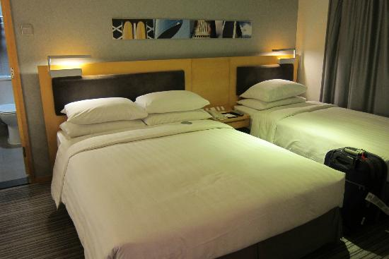 Metropark (Kew Green) Hotel Wanchai Hong Kong: Clean bed.