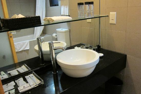Metropark (Kew Green) Hotel Wanchai Hong Kong: Very clean and big bathroom!